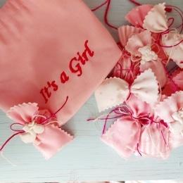 κεράσματα μαιευτηρίου/γέννας σε ροζ αποχρώσεις.